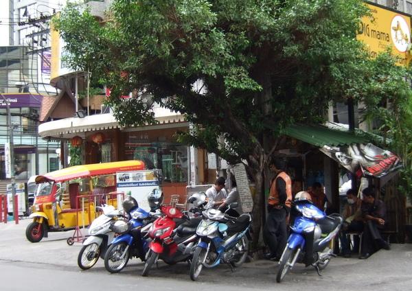 曼谷街頭的車.jpg
