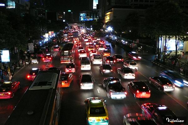 晚上十點..曼谷的車潮還是不斷