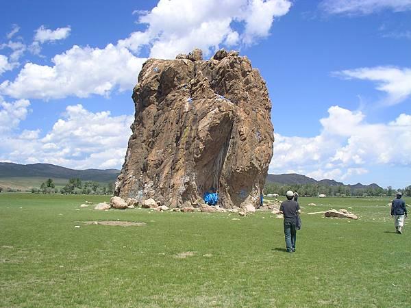 往白湖路上的巨石