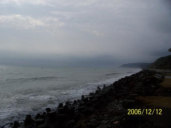 20061212在小野柳等待大浪.jpg