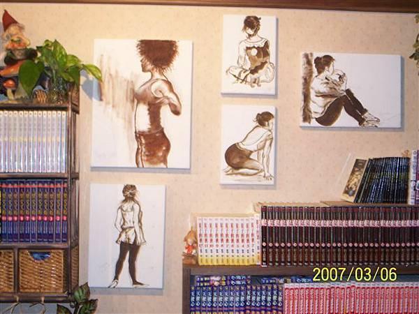 蒙地卡羅店內擺設,牆上的作品是老闆娘親手繪畫的油畫喔︿︿.jpg