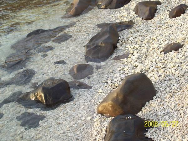 20080527清澈的海與石(拍攝於菓葉)02.jpg