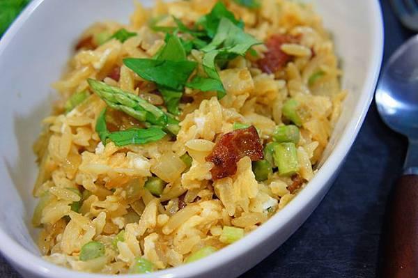 早餐炒蛋佐米型義大利麵義式培根與蘆筍