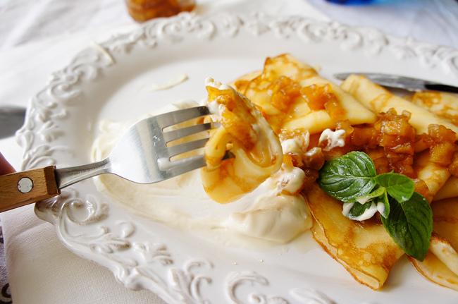法式薄餅佐貝禮詩鮮奶油及黑糖蘋果醬