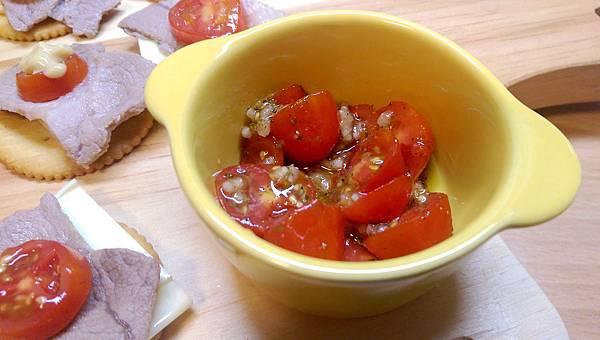 2切剩的番茄別浪費,加工一下就變成好吃的油漬番茄,桌上就多一樣小菜。小番茄裡淋一點橄欖油,蒜仁壓泥適量,一小匙海塩,加一點乾燥巴西里和乾燥羅勒香料拌勻即可。.jpg