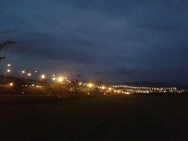 夜晚河濱.jpg