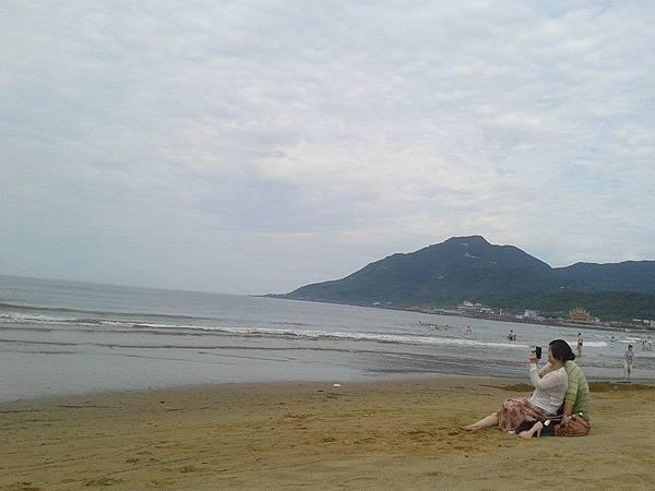 福隆海邊小情侶.jpg