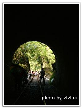 隧道/雖然有告示牌禁止進入不過還是有很多人走啦!!