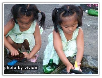 逛老街時,兩個洗碗的小女生