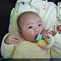 2012 . 01 . 01 ~ 03M06D -妹妹第一次自己拿玩具P1140632~1.jpg