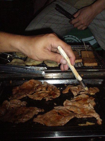 烤肉(那隻手....刷醬中).JPG