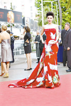 范冰冰以紅色仙鶴裝走上紅地毯.jpg