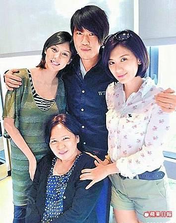 朱芯儀(後排左起)、衛斯理、賈靜雯與坐著的賈媽媽開心合照.jpg