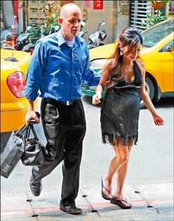 李嘉(李愛綺)懷胎37周,老公Duke體貼陪著她做產檢.jpg