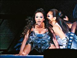 Jolin跪趴在舞台上露出溝,性感指數破表