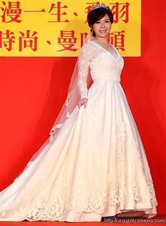 小潘潘穿上「凱蒂王妃式」婚紗大呼滿意,感覺自己漂亮又幸福.JPG