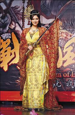 朱芯儀演出「犀利人妻」小三走紅,代言扮古裝揮「劍」拍照.jpg