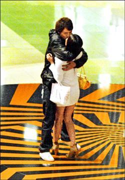 鄭詠恩曾在香港街頭被拍一夜吻二男.jpg