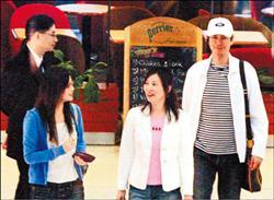鄭少秋(右起)和老婆官晶華很疼女兒鄭詠恩.jpg