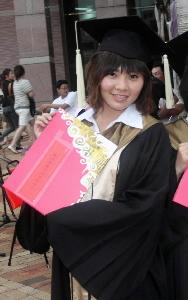 李思儀從台南科大商管所碩士畢業,開心拿著證書留影,她白天是個認真的學生.jpg