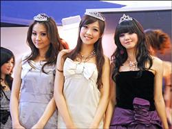無名美少女選拔,第一名為黃甄妮(中),第二名謝翔雅(右),第三名駱毓霖(左)。.jpg