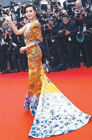 范冰冰為《登陸之日》訪坎城;她的龍袍裝頗負盛名.jpg
