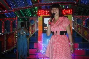晚上的李思儀是秀場的主持名嘴,她還身兼鋼管舞蹈表演.jpg