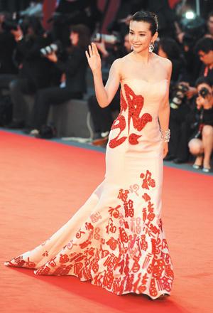 李冰冰將赴坎城宣傳《雪花與秘扇》;她曾以一襲百福裝驚豔威尼斯影展.jpg
