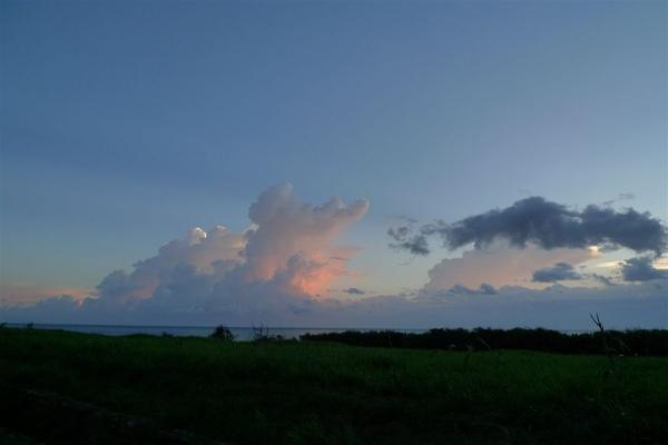 時間接近7點  雲開始有很多顏色