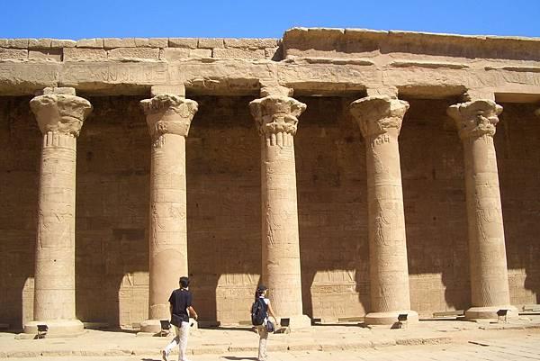 950926-17艾得夫神殿的巨大石柱.JPG
