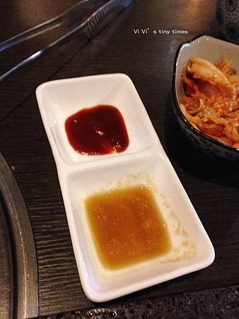 IMG_6133(松阪豬特製醬及香油).jpg