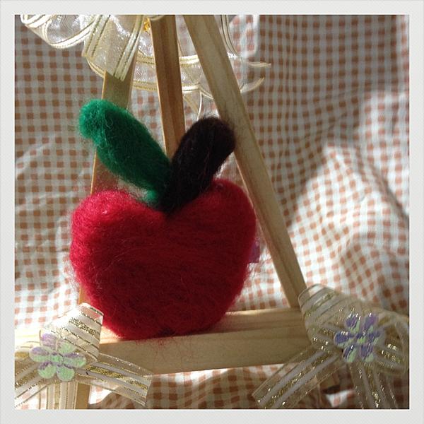 羊毛氈蘋果髮夾