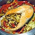 迎春鮮蔬鮭魚紅釜飯 (1)-壓標