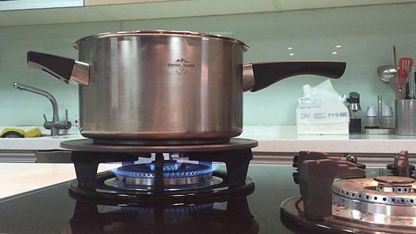 潔能板可隔開鍋子和火,從此鍋底可保持乾淨,不會燒黃燒黑,爐子也不會被溢出的湯汁弄髒