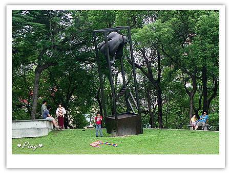 國美館-雕塑-人與房子關係-不安.jpg