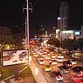 深夜的曼谷街頭還是超多車