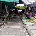 沿著鐵道擺攤的市場