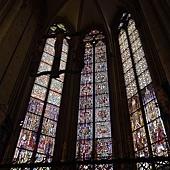 教堂內的彩繪玻璃窗很細緻