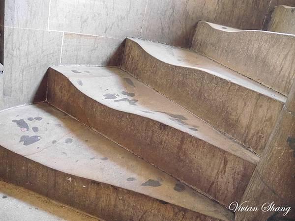 登塔的階梯很明顯被踩扁了XD