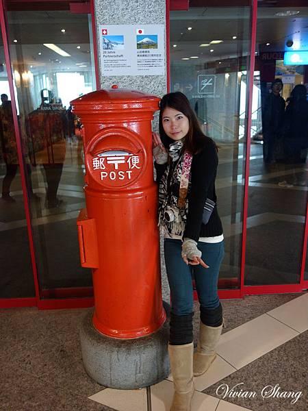 千萬不要投到這個郵筒嘿...這個是跟日本合作的,除非你要寄到日本...不然請找旁邊黃色的郵筒