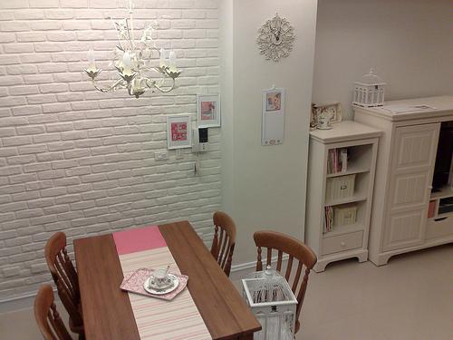 磚牆+餐桌+水晶燈.jpg