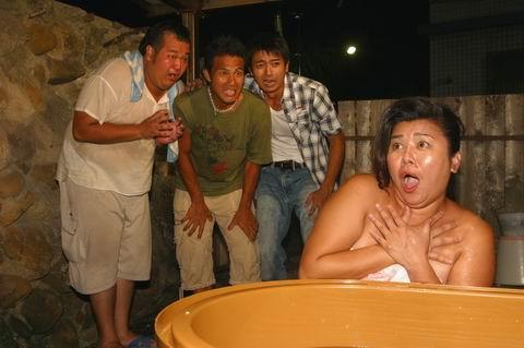 鬥陣來發財-3人組偷窺美秀洗澡.jpg