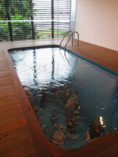 2011_0419_141934超酷泳池 不會弄濕唷.JPG