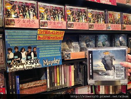 2013-12-17 18.53.35在Tower Records 裡找五月天.jpg