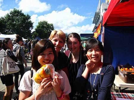 2011_0423_103016跟柿子老闆合照.JPG