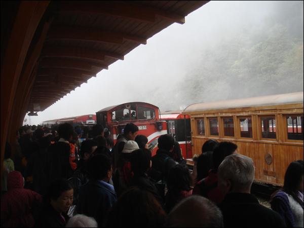 等候火車的人群