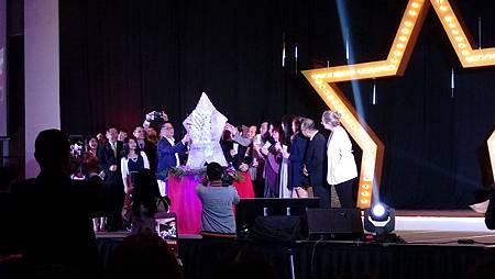 VMAlife創辦人暨行政總裁辜總裁帶領著VIP們上台發表第三代纖麗飲與纖麗膠,並乾杯纖麗飲