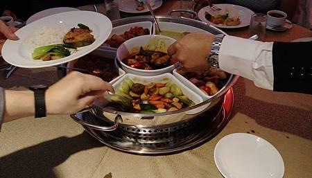 午餐是吃BUFFET,VIP們坐貴賓桌