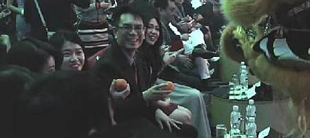 舞獅第一顆橘子就要給我,我沒注意,他又來一次,我發現了,拿了橘子,後面的人就跟著拿了 XD