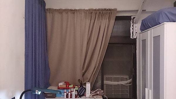 雅房有一扇對外大窗戶